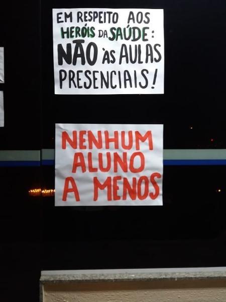 Cartazes em protesto de professores, em Itajaí (SC) - Redes sociais