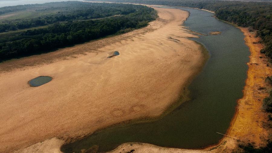Imagem aérea registrada em 19 de agosto de 2021 mostra braço do rio Paraná quase seco próximo a Itati, Corrientes (Argentina). Bacia hidrográfica enfrenta a maior seca em décadas - JUAN MABROMATA/AFP
