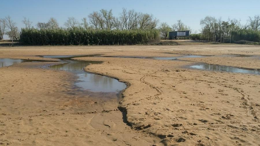 Trecho quase seco do rio Paraná na cidade de Rosario, na Argentina, em julho de 2021 - Asociación Argentina de Abogados Ambientalistas