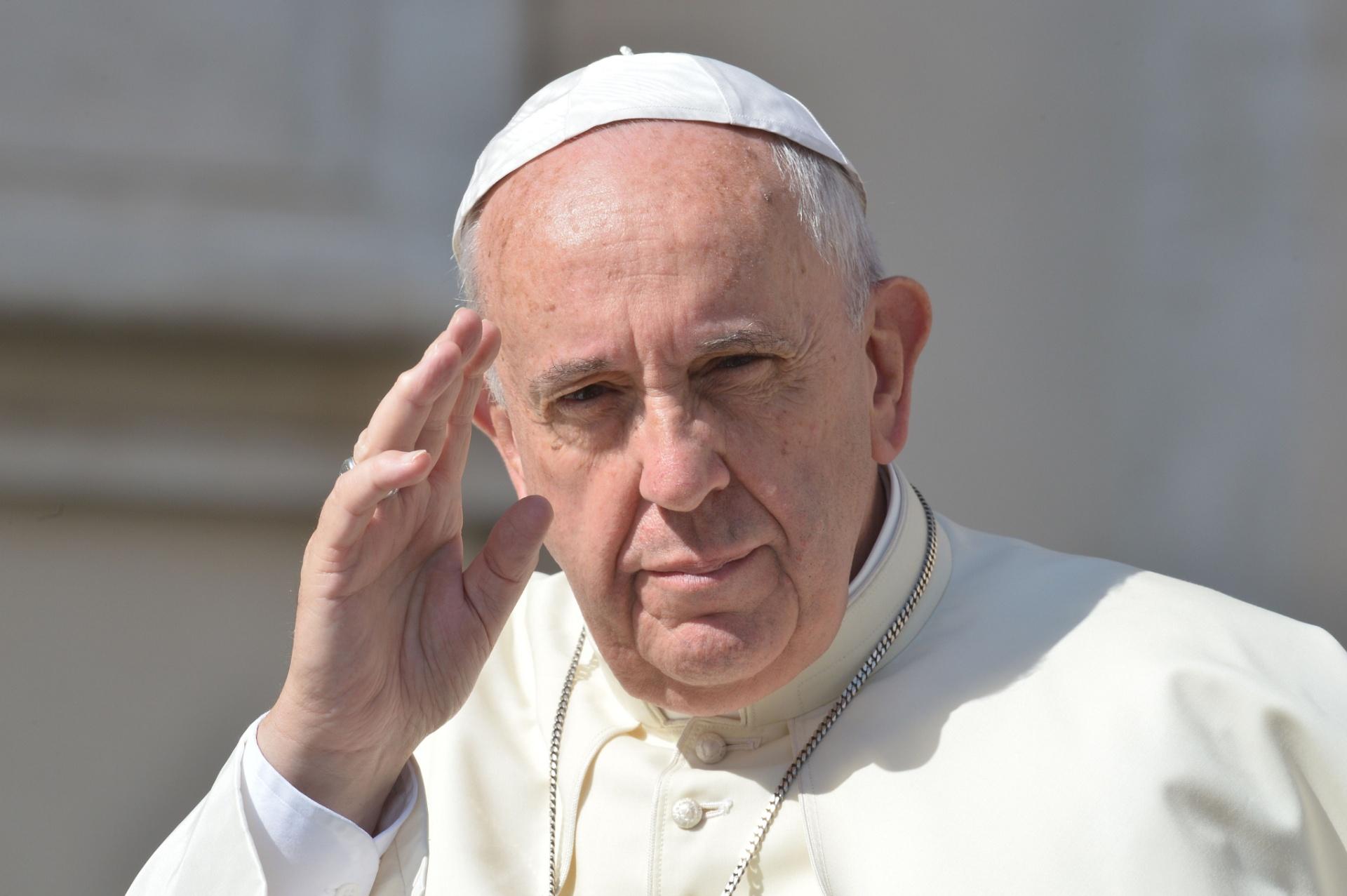 Papa Francisco acena para a multidão ao chegar para audiência na praça de São Pedro, no Vaticano