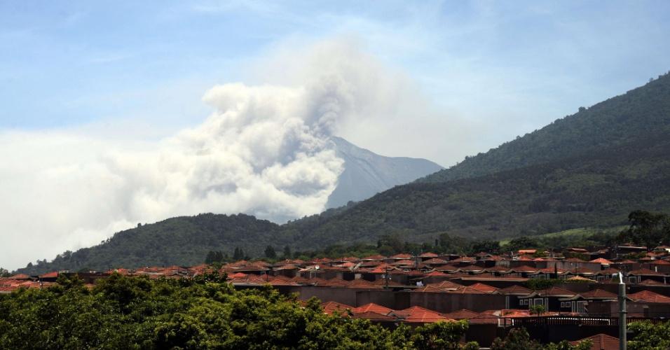 1º.jul.2015 - O vulcão Fuego expele lava e colunas de fumaça no departamento de Sacatepequez, a 65 km ao sul da Cidade da Guatemala, nesta quarta-feira (1º). Autoridades elevaram o nível de alerta na região para laranja