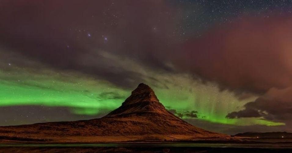 7.out.2015 - Jonathan Zdziarski conseguiu flagrar o momento que a aurora boreal apareceu na montanha Kirkjufell, em Grundarfjortur, na Islândia