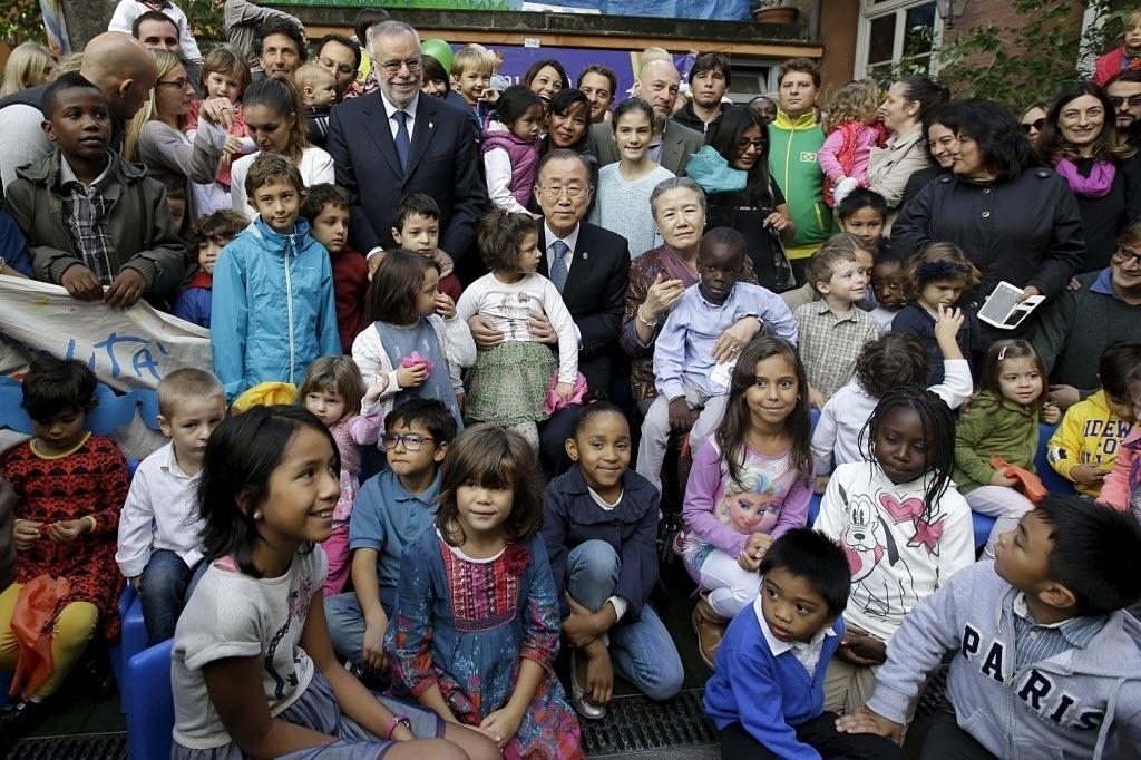 17.out.2015 - O secretário-Geral das Nações Unidas, Ban Ki-moon, e sua mulher, Yoo Soon-taek, posam com refugiados durante visita a Roma. No Dia Internacional para a Erradicação da Pobreza, Ban ressaltou que 900 milhões de pessoas vivem na extrema pobreza no mundo