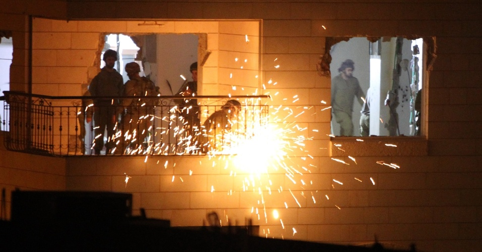 20.out.2015 - Soldados israelenses destroem apartamento do palestino Maher al-Hashlamoun, preso há um ano, acusado de matar com faca um israelense em Hebron, na Cisjordânia. Recentemente, o governo de Israel ordenou a demolição punitiva de casas palestinas