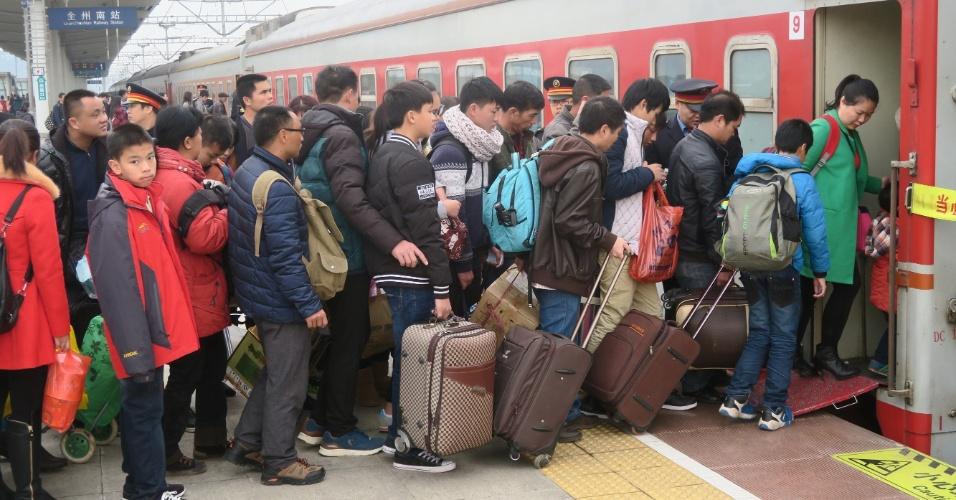 11.fev.2016 - Passageiros formam fila para embarcar na estação de trem de Guilin, na região autônoma de Guangxi Zhuang, localizada no sul da China. Por conta do feriado pelo Ano-Novo lunar, o país registra milhões de viagens, no que é considerada a maior migração do mundo