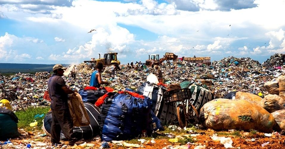 12.mar.2016 - O aterro tem quase 50 anos de uso com colocação de resíduos sólidos sem a devida impermeabilização do terreno. Os resíduos foram depositados diretamente no solo