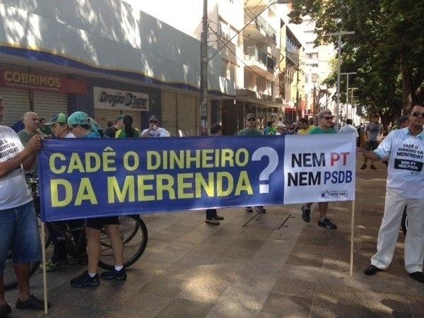13.mar.2016 - Manifestantes protestam contra corrupção em Ribeirão Preto, interior de São Paulo. O suposto esquema de desvio de recursos públicos destinados à merenda escolar no Estado de São Paulo, também é um dos motes do protesto que ocorre neste domingo