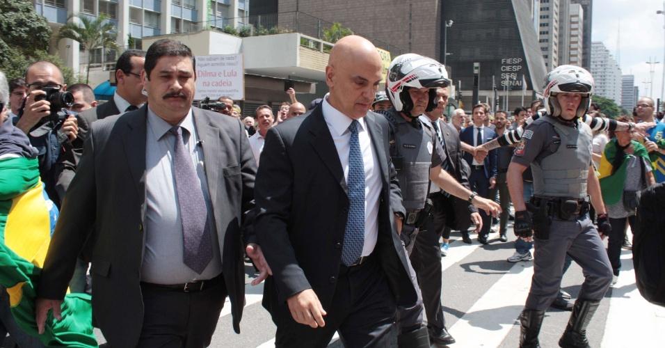 17.mar.2016 - O Secretário de Segurança Pública de São Paulo, Alexandre de Moraes, foi hostilizado durante manifestação na avenida Paulista. Moraes chegou ao local, na altura da FIESP, para falar com policiais que acompanham a manifestação