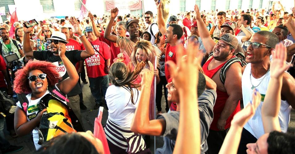 18.mar.2016 - Manisfestantes pró-governo e contra o impeachment da presidente Dilma Rouseeff protestam na praça XV,  centro do Rio de Janeiro