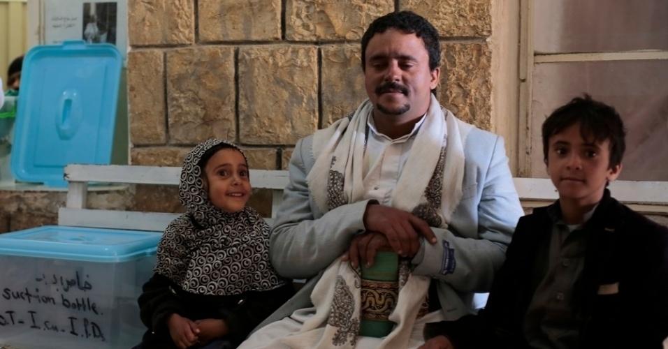 26.mar.2016 - Homem espera, junto os dois filhos, mulher dar à luz em hospital dirigido pelo MSF (Médicos Sem Fronteiras), em Amran, no Iêmen. Muitos iemenitas buscaram refúgio em Amran, no norte do Iêmen, ainda relativamente segura, fugindo dos bombardeios da coalizão árabe contra os houthis, que tiveram início há exatamente um ano. Segundo os rebeldes, os ataques já mataram quase 9.000 pessoas no país
