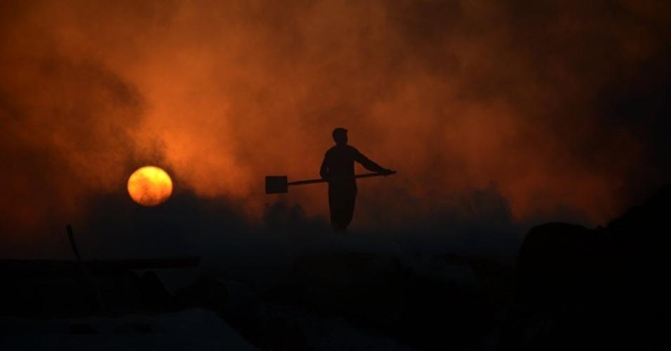 26.abr.2016 - Homem trabalha em uma fábrica de giz, nos arredores de Mazar-i-Sharif, no Afeganistão