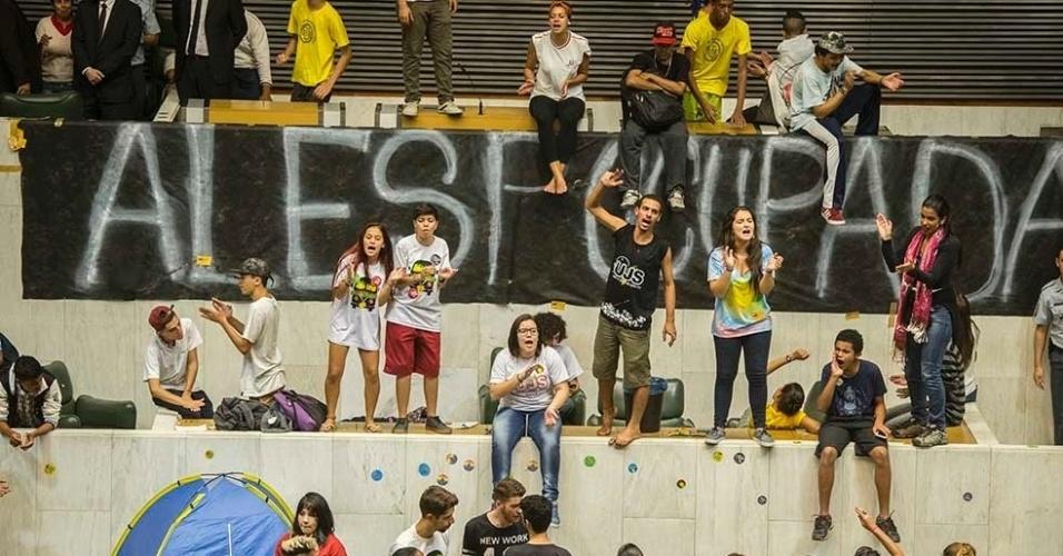 """03.mai.2016 - Estudantes ocupam o plenário da Alesp (Assembleia Legislativa do Estado de São Paulo). Eles protestam contra a """"máfia da merenda"""" e os cortes na educação"""