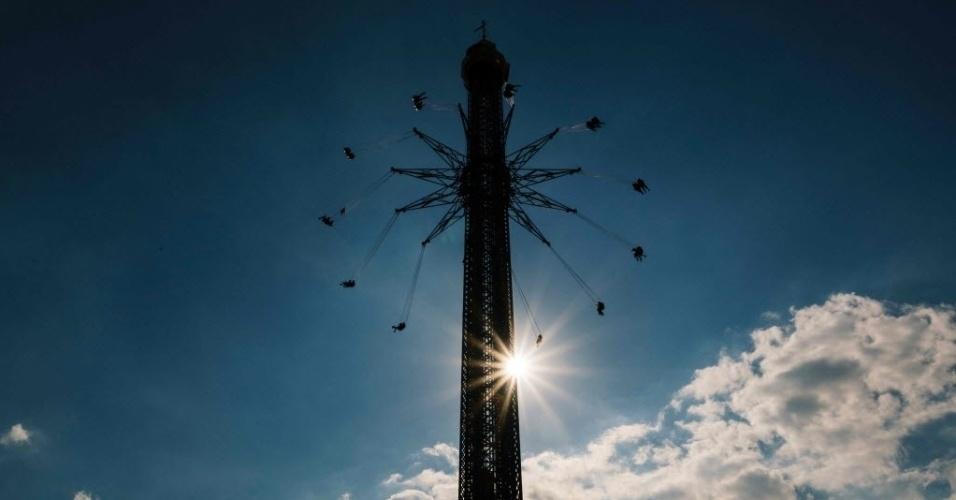 7.mai.2016 - Pessoas brincam em um carrossel no famoso parque de diversões Prater, em Viena, na Áustria