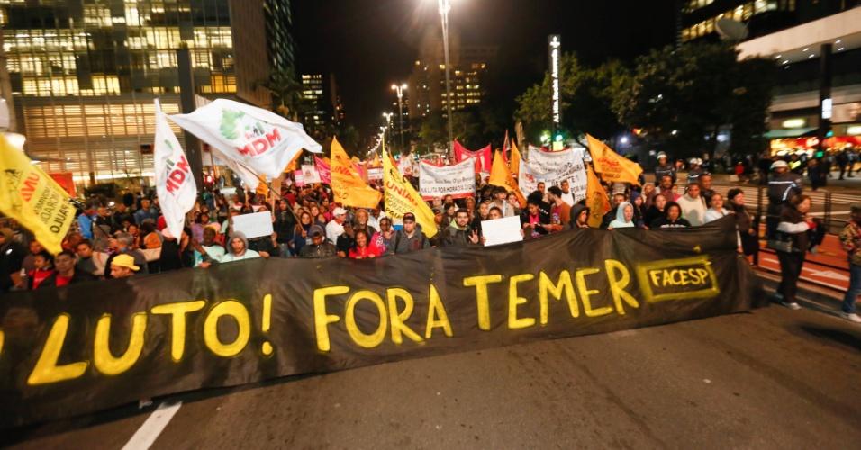 Integrantes da União dos Movimentos de Moradia de São Paulo protestam contra o governo do presidente interino, Michel Temer, na avenida Paulista, em São Paulo