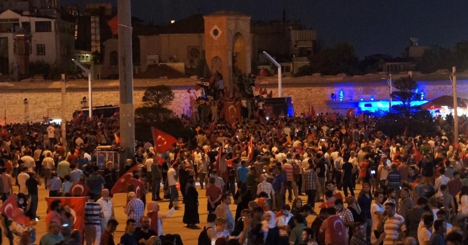 """17.jul.2016 - Pessoas se reúnem em Istambul, na Turquia, para protestar contra a tentativa de golpe. Em várias cidades da Turquia foram realizadas na madrugada deste domingo (17) """"vigílias pela democracia"""", informaram as emissores locais"""