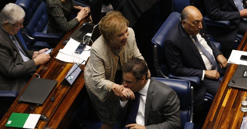 31.ago.2016 - O senador Aécio Neves (PSDB-SP) cumprimenta a senadora Marta Suplicy (PMDB-SP) no plenário do Senado, em Brasília, durante a sessão final do julgamento de impeachment de Dilma Rousseff, que cassou o mandato da então presidente afastada