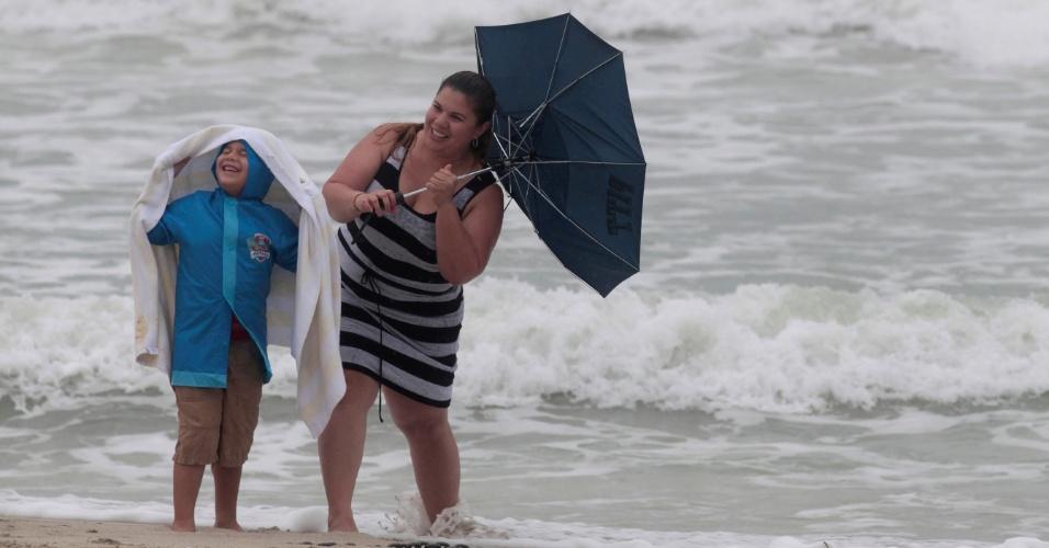6.out.2016 - Mãe e filho posam para foto em meio a forte vento em praia de Miami, uma dentre as primeiras cidades que podem ser atingidas nesta sexta-feira (7) pelo furacão Matthew