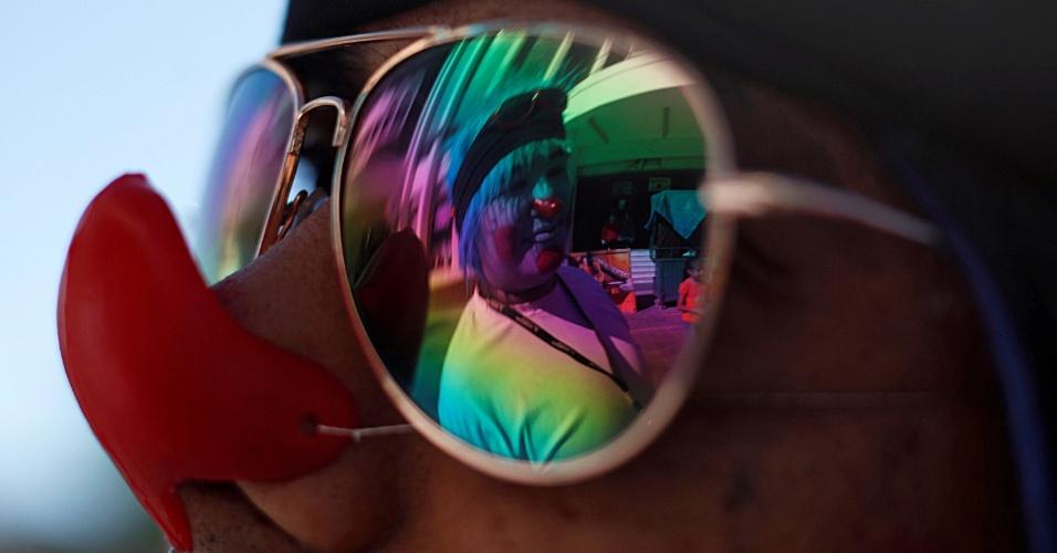 24.out.2016 - Palhaço é refletido nos óculos de um outro palhaço durante marcha para condenar uma recente onda de avistamentos de palhaço assustadores, na preparação para o Dia das Bruxas, em Ciudad Juarez (México)