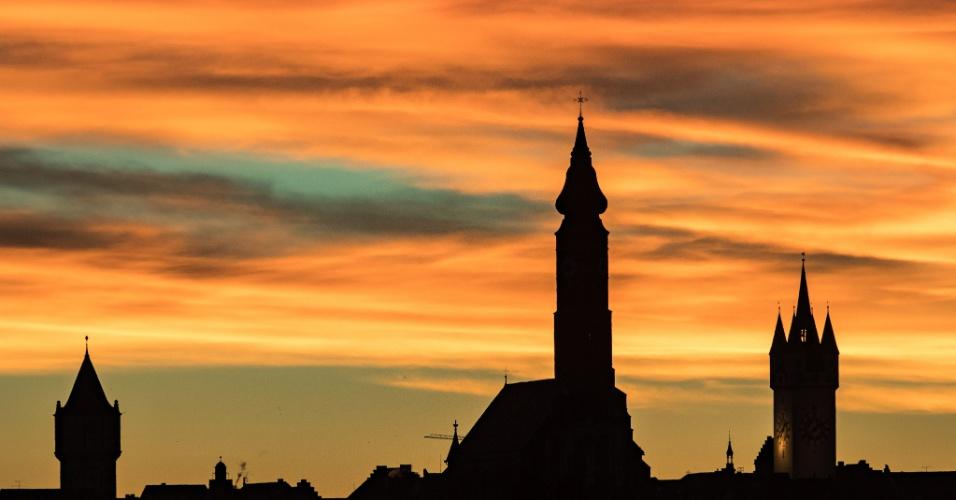 22.nov.2016 - Silhueta de prédios vistos em Straubing durante o nascer do sol colorido, na Alemanha