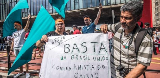 Manifestantes protestam na em São Paulo contra a PEC 55 e a anistia para políticos
