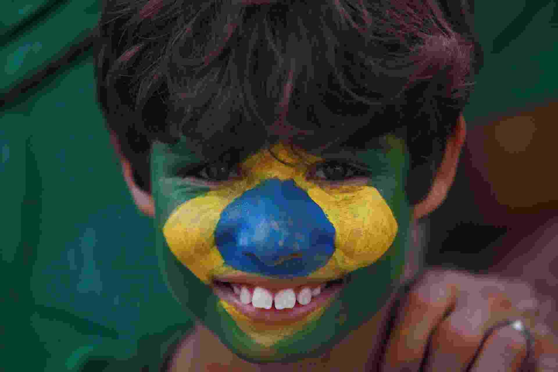 4.dez.2016 - Garoto com a bandeira do Brasil pintada no rosto participa de protesto a favor da Lava Jato no Farol da Barra, em Salvador - Raul Spinassé/Agência A Tarde/Estadão Conteúdo
