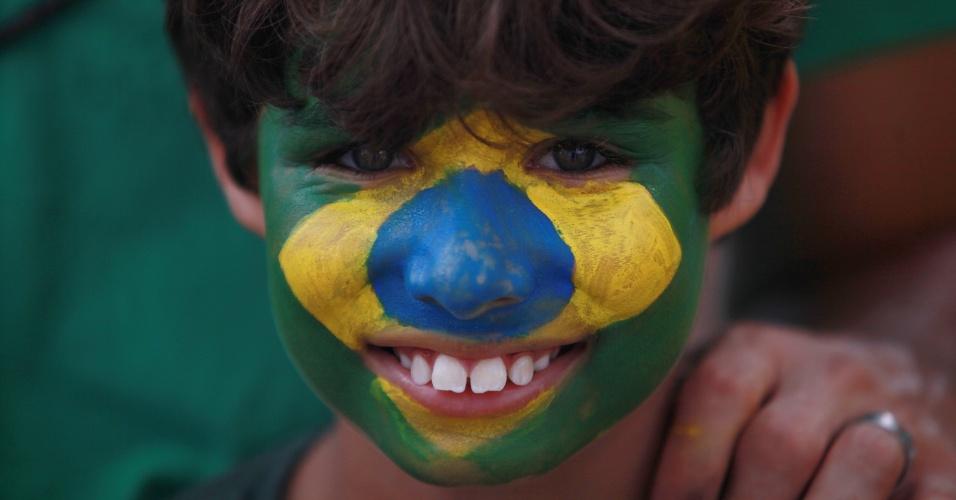 4.dez.2016 - Garoto com a bandeira do Brasil pintada no rosto participa de protesto a favor da Lava Jato no Farol da Barra, em Salvador