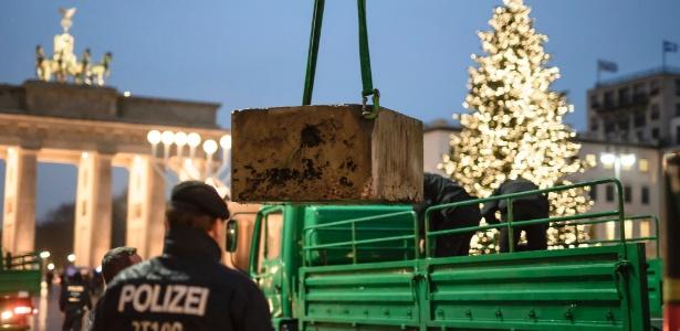 Policiais instalam barreira de concreto perto do Portão de Brandenburgo, em Berlim - Clemens Bilan - 22.dez.2016/AFP