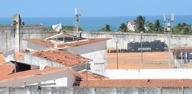 18.jan.2017 - Enquanto presos ocupam telhado de penitenciária, veículo do Choque se prepara para começar a transferência de presos da penitenciária de Alcaçuz