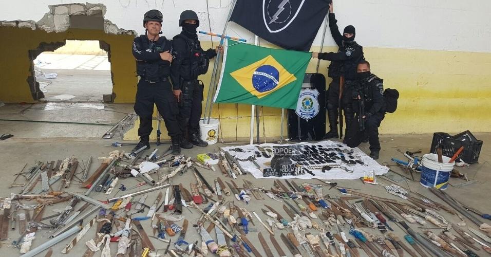 27.jan.2017 - Agentes da Força Nacional Penitenciária posam ao lado das facas encontradas no pavilhão 5 do presídio de Alaçuz
