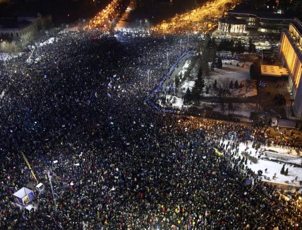 1.fev.2017 - Multidão participa de protesto contra corrupção diante da sede do governo em Bucareste, na Romênia