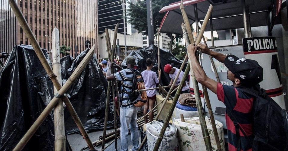 15.fev.2017 - Movimento Frente Sem Medo monta barracas e traz colchões para acampar em frente ao escritório da Presidência da República na Avenida Paulista