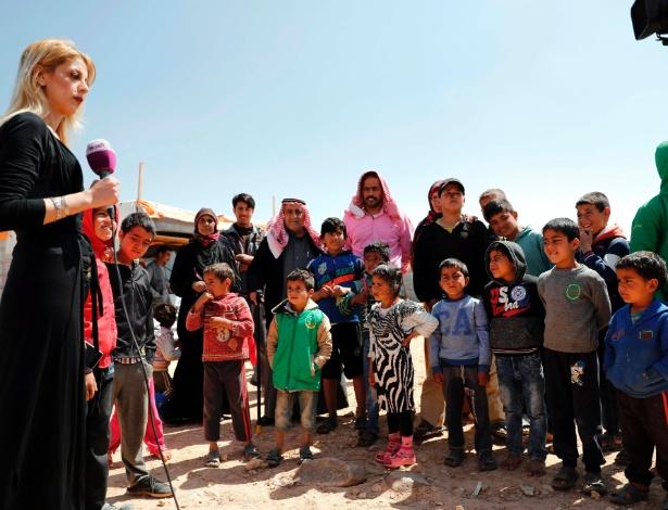 Jornalista de TV saudita grava programa com crianças do campo de refugiados Zaatari, na Jordânia, na fronteira com a Síria