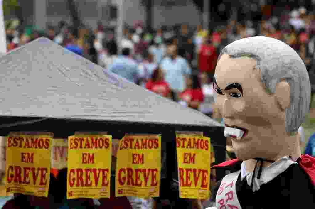 28.abr.2017 - Manifestantes usam um boneco do presidente Michel Temer com dentes de vampiro para protestar contra as reformas da Previdência e trabalhista, durante a greve geral desta sexta-feira, em Fortaleza - Paulo Whitaker/Reuters