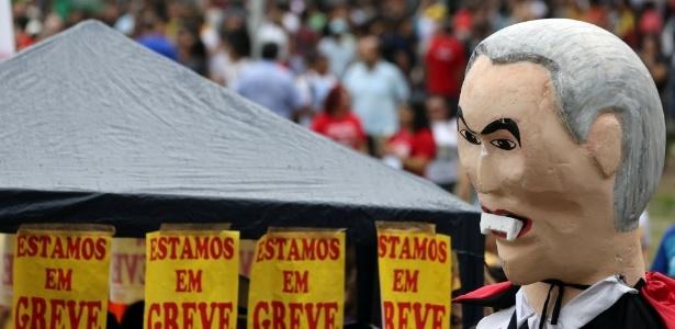 Manifestantes protestam contra reformas com 'Temer vampiro' - Paulo Whitaker/Reuters