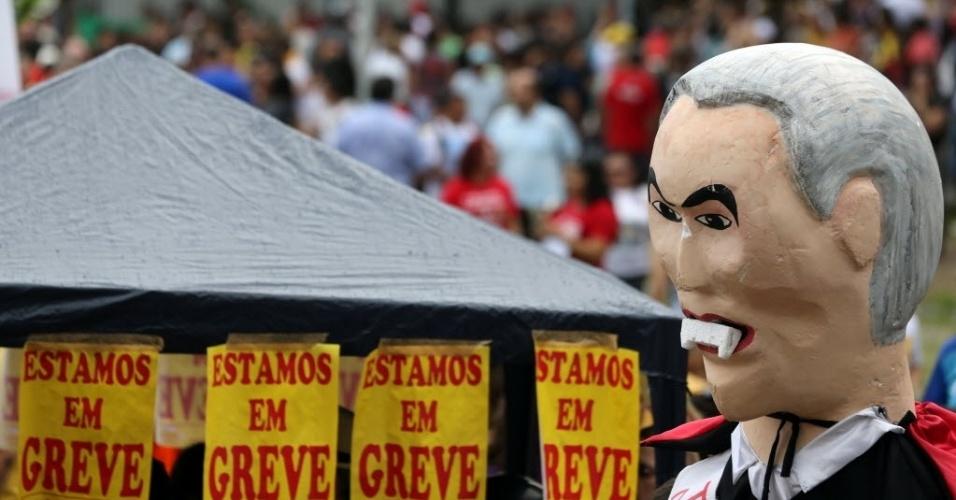 28.abr.2017 - Manifestantes usam um boneco do presidente Michel Temer com dentes de vampiro para protestar contra as reformas da Previdência e trabalhista, durante a greve geral desta sexta-feira, em Fortaleza