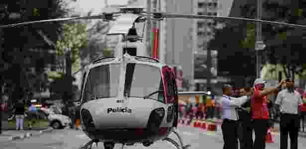 14.mai.2017 - Helicóptero da PM foi acionado para resgatar uma vítima de queda - Nelson Antoine/Estadão Conteúdo