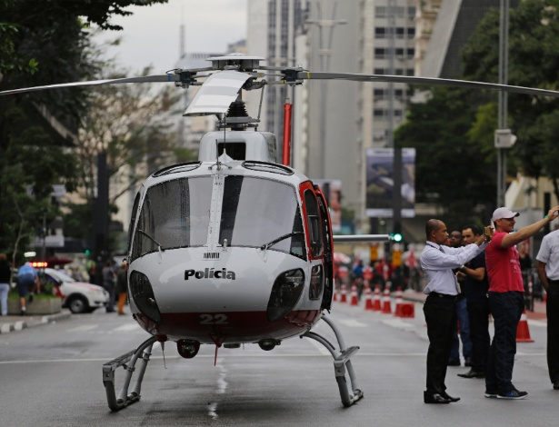 14.mai.2017 - Helicóptero da PM foi acionado para resgatar uma vítima de queda