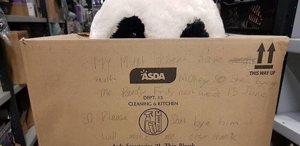 Caixa de papelão com o urso e o recado deixado pelo garoto Leon, de 10 anos