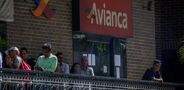 Pessoas fazem fila diante de uma agência da empresa aérea colombiana Avianca em Caracas; a companhia é uma das que deixaram de voar para a Venezuela