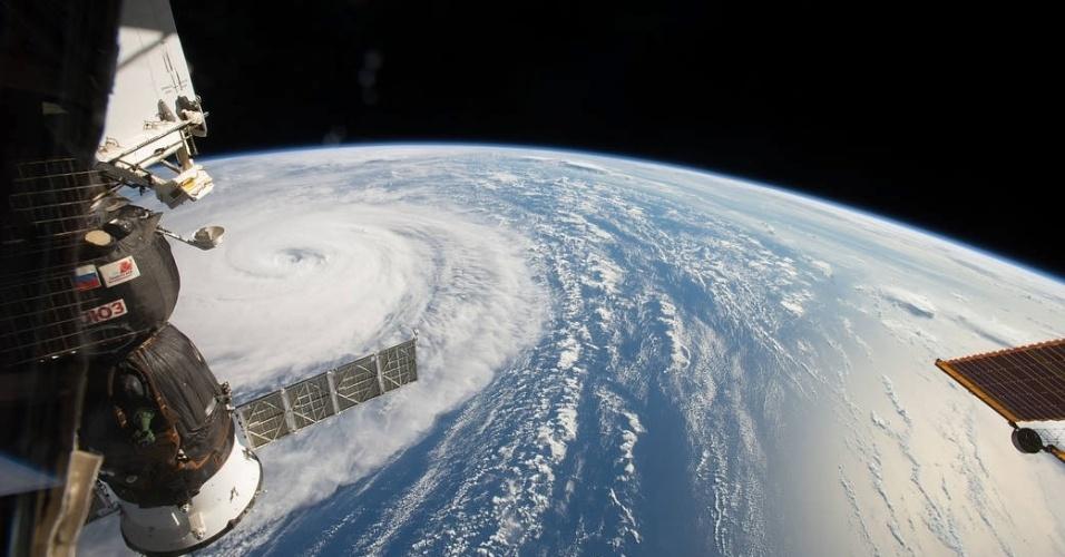 """2.ago.2017 - Direto da Estação Espacial Internacional, o astronauta Randy Bresnik flagrou o supertufão Noru que atingia o Noroeste do Oceano Pacífico. """"Incrível o tamanho desse fenômeno climático. Você quase pode senti-lo mesmo 402 quilômetros acima dele"""", descreveu ele. A tempestade ocorreu no dia 1º de agosto, mas só foi divulgada pela NASA nesta quarta-feira"""