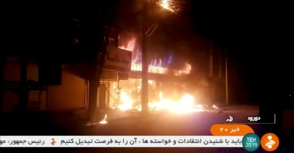 """31.dez.2017 - Colocaram fogo em um prédio em Dorud em 31 de dezembro. O ministro do Interior, Abdolreza Rahmani Fazli, disse que quem destrói bens públicos e cria desordem """"deve responder por seus atos e pagar o preço"""""""