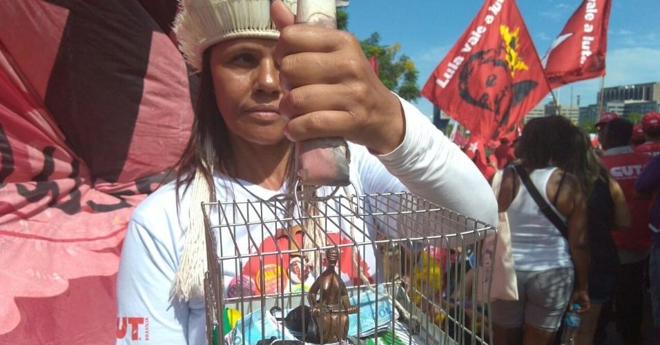 """""""A justiça brasileira está engaiolada"""", diz manifestante. Professora de história, Kátia Garcia foi de Brasília a Porto Alegre e trouxe nas mãos uma gaiola com o símbolo da justiça """"preso"""""""
