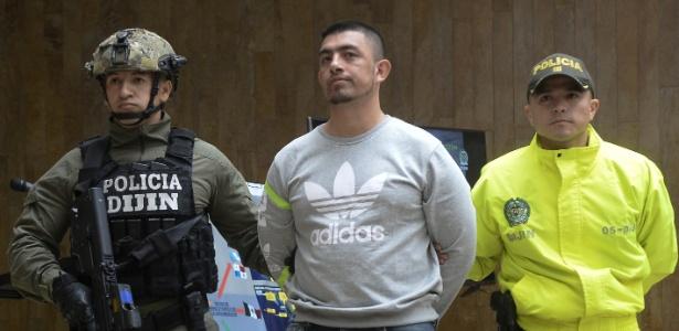 Foto de arquivo do equatoriano Washington Prado (ao centro), sendo escolado por policiais em Bogotá, na Colômbia