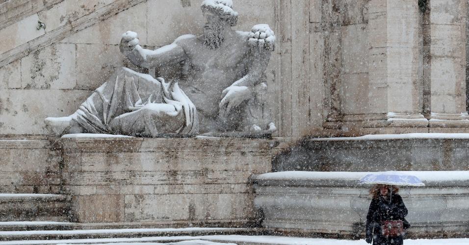 26.fev.2018 - Mulher caminha durante nevasca em Roma, Itália