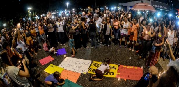 2.abr.2018 - Manifestantes acendem velas no Largo do Machado, no Rio, para a vereadora Marielle Santos (PSOL-RJ) e o motorista Anderson Gomes, mortos no dia 14 de março