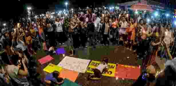 2.abr.2018 - Manifestantes acendem velas no Largo do Machado, no Rio, para a vereadora Marielle Santos (PSOL-RJ)  - ADRIANO ISHIBASHI/FRAMEPHOTO/FRAMEPHOTO/ESTADÃO CONTEÚDO