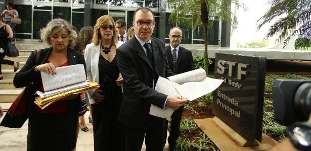 O promotor de Justiça do Distrito Federal Renato Varalda entrega abaixo-assinado com argumentos a favor da manutenção da prisão após condenação em segunda instância
