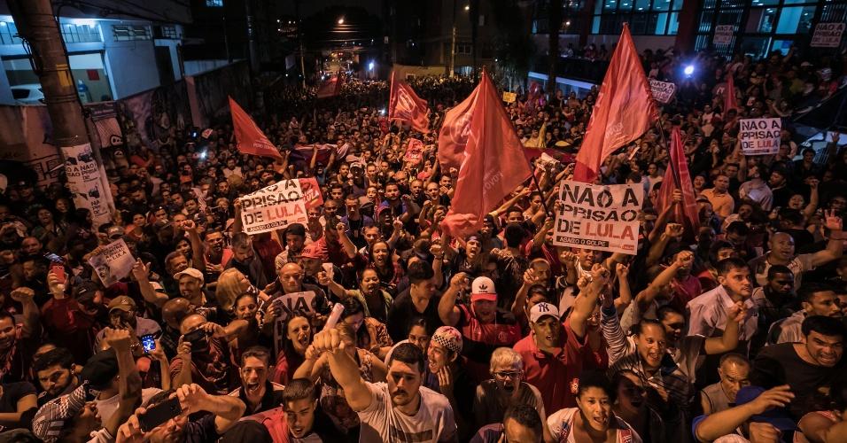 Simpatizantes de Lula fazem vigília em São Bernardo do Campo, em frente à sede do Sindicato dos Metalúrgicos do ABC, em São Bernardo do Campo