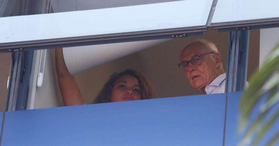 6.abr.2018 - Da janela do sindicato, o ex-senador Eduardo Suplicy observa manifestantes que se aglomeram em frente à entidade