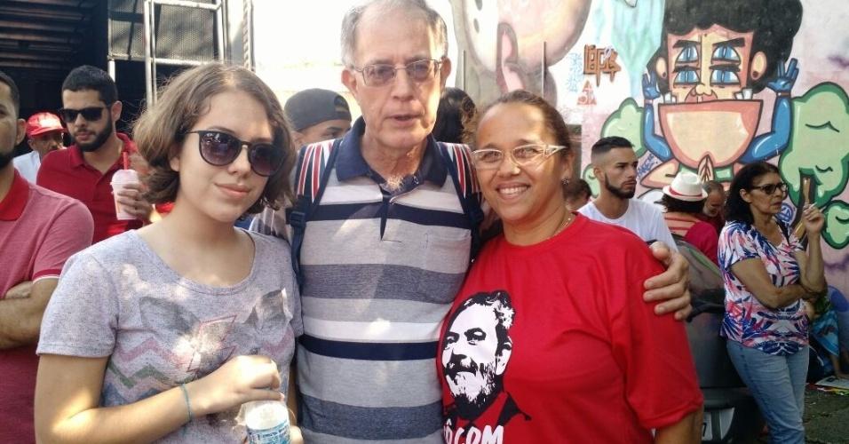 """6.abr.2018 - A professora Maria Antônia Costa, 54, viajou mais de 430 quilômetros, junto a familia, para estar no ato em solidariedade ao ex-presidente Lula. Ela, o marido e a filha de 14 anos saíram do município de Assis, no interior de São Paulo, às 23h de ontem para chegar no sindicato logo pela manhã. """"A gente está aqui para proteger a vida dele, a integridade dele, para prestar a nossa solidariedade"""", disse. O marido, o diretor escolar Juarez Prado, 63, disse que quer ficar """"até mais tarde"""". """"Estamos aqui para resistir.? A filha, Sofia Costa Prado, 14, não se importou com a viagem longa nem por precisar faltar na escola: """"Hoje a aula é na rua""""."""